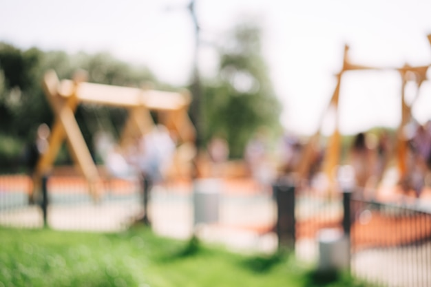 Niewyraźne tło placu zabaw w parku w letni dzień. zdjęcie wysokiej jakości