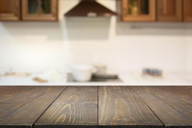 Niewyraźne tło pusty drewniany blat i niewyraźna nowoczesna kuchnia do wyświetlania lub montażu