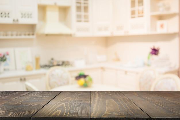 Niewyraźne tło pusty drewniany blat i niewyraźna nowoczesna kuchnia