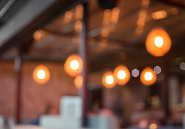Niewyraźne tło. restauracja ze stołami i krzesłami rozmycie tła światłem bokeh.