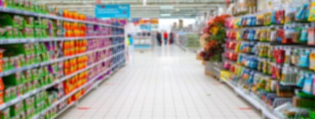 Niewyraźne tło supermarketu. sprzedaż artykułów gospodarstwa domowego w supermarkecie.