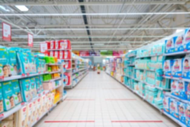 Niewyraźne tło supermarketu. sprzedaż pieluch w supermarkecie.