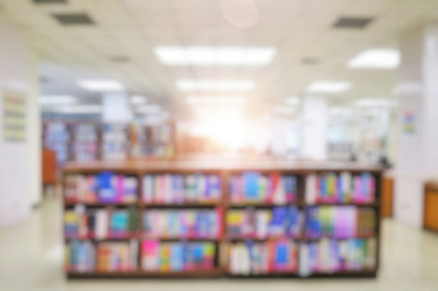 Niewyraźne wnętrze biblioteki publicznej z książkami na półkach.