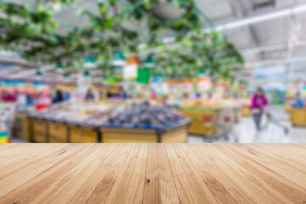 Niewyraźne wnętrze supermarketu