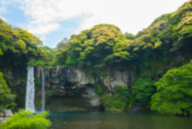 Niewyraźne wodospad cheonjiyeon jest wodospadem na wyspie jeju, sou