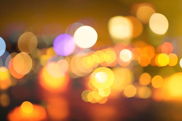 Niewyraźne zdjęcie światła miasta w nocy. abstrakcyjny wzór tła w efekt bokeh.