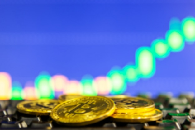 Niewyraźne złote bitcoiny na klawiaturze