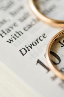 Niewyraźne złote obrączki ślubne