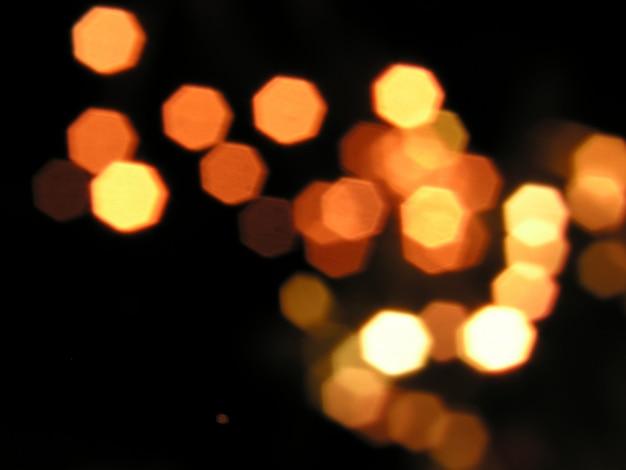 Niewyraźne żółte światła na czarnym tle