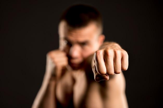 Niewyraźny bokser męski z postawy bokserskiej