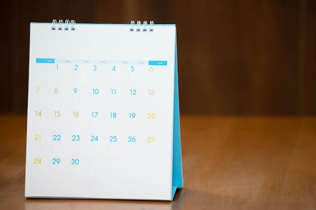 Niewyraźny ciemny ton strony kalendarza