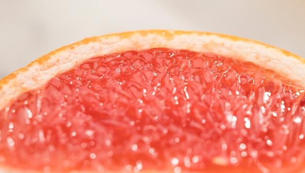 Niewyraźny kawałek czerwonego grejpfruta