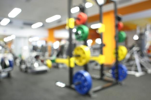 Niewyraźny widok sprzętu do ćwiczeń w nowoczesnej siłowni