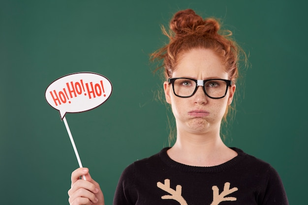 Niezadowolona dziewczyna trzymająca świąteczny sztandar
