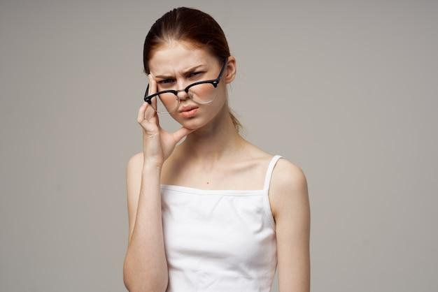 Niezadowolona kobieta problemy ze wzrokiem krótkowzroczność na białym tle. zdjęcie wysokiej jakości