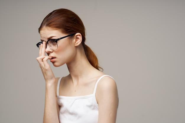 Niezadowolona kobieta słaby wzrok problemy zdrowotne negatywne światło tło. zdjęcie wysokiej jakości