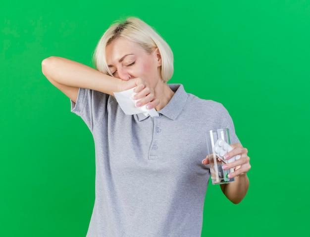 Niezadowolona młoda blondynka chora słowiańska kobieta