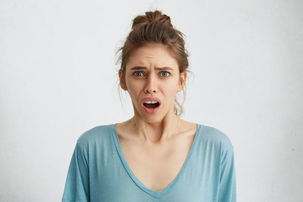 Niezadowolona młoda kobieta narzekająca na coś