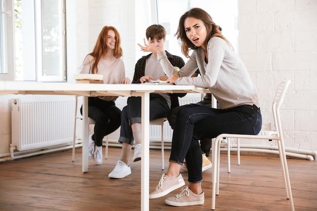 Niezadowolona młoda kobieta pisze notatki