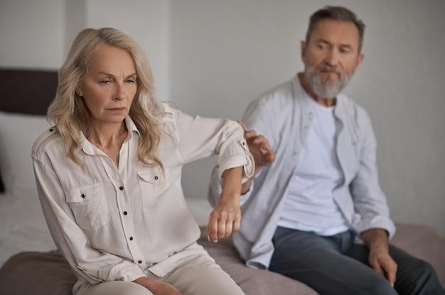 Niezadowolona pani nie zwracająca uwagi na męża