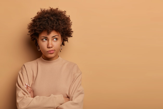 Niezadowolona poważna zamyślona kobieta myśli o wyjściu