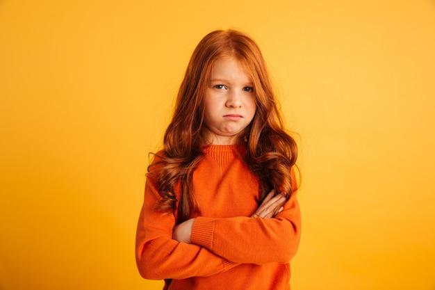 Niezadowolona ruda dziewczynka