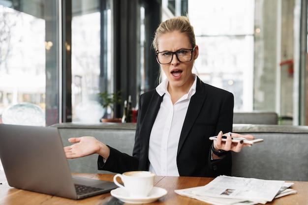 Niezadowolona zdezorientowana dama biznesu