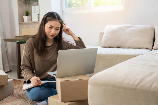Niezadowolony azjatycki młody przedsiębiorca ma dość problemów z robieniem interesów w domowym biurze