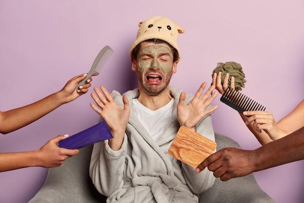 Niezadowolony emocjonalnie facet czuje się zmęczony zabiegami spa, odmawia leczenia