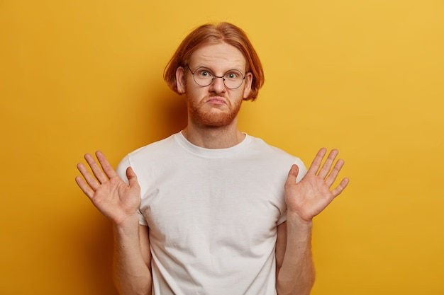 Niezadowolony lśniący mężczyzna z modną fryzurą typu bob