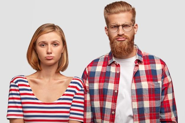 Niezadowolony mąż i żona nie mogą znaleźć dobrego mieszkania z nowoczesnymi udogodnieniami do wynajęcia za odpowiednią cenę