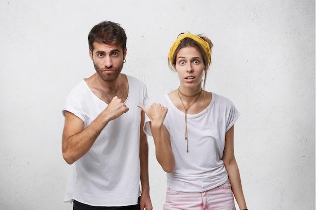 Niezadowolony mężczyzna i kobieta obwiniają się nawzajem za błąd