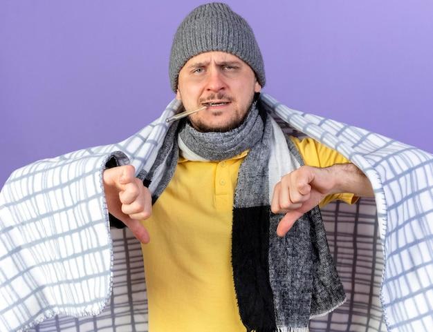 Niezadowolony młody blondynka chory słowiański w czapce zimowej i szaliku