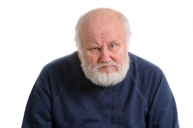 Niezadowolony niezadowolony stary człowiek na białym tle portret