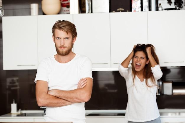 Niezadowolony przystojny mężczyzna kłóci się ze swoją dziewczyną
