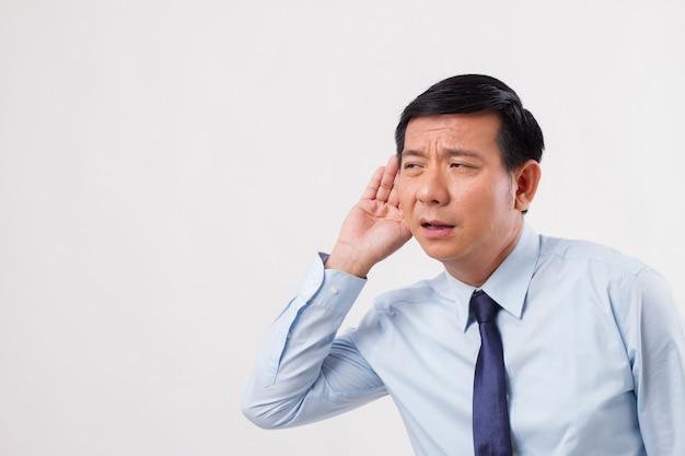 Niezadowolony, smutny, negatywny biznes człowiek słucha złych wiadomości