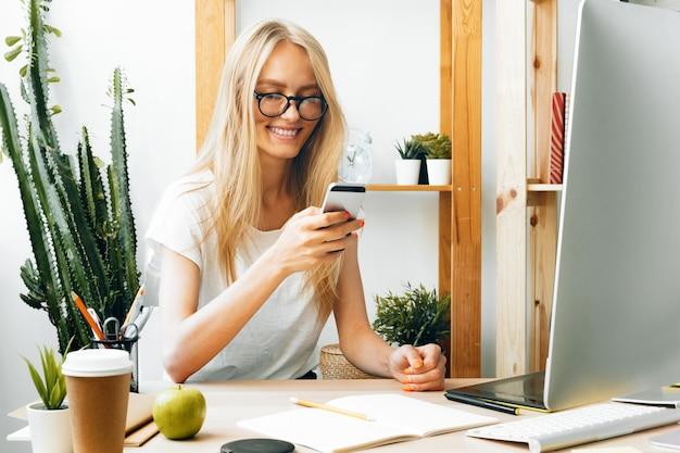 Niezależna kobieta pracująca w domu, praca online, domowe biuro.
