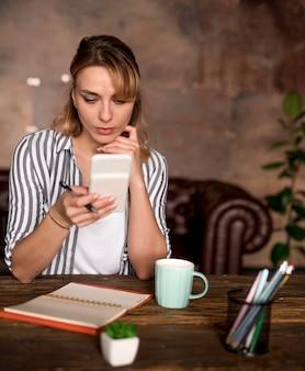 Niezależna kobieta weryfikuje telefon