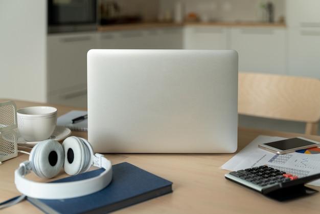Niezależne biurko z laptopem w kuchni. praca w domu. kształcenie na odległość.