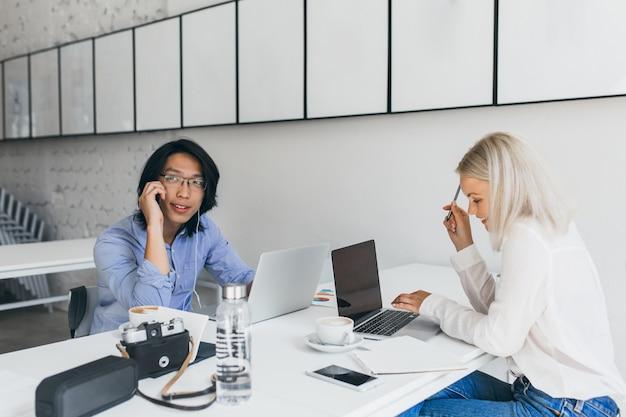 Niezależni specjaliści pracujący razem i pijący kawę po sesji zdjęciowej