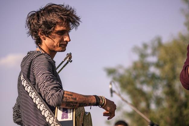 Niezależny piosenkarz występujący na żywo podczas zachodu słońca