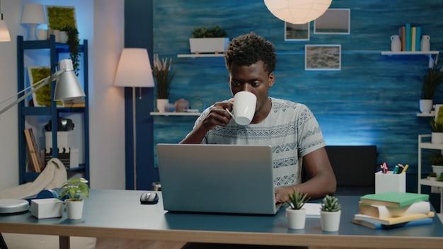 Niezależny pracownik pracujący w domu na laptopie