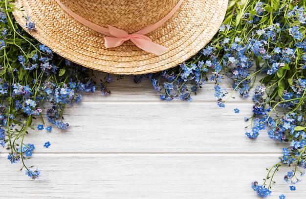 Niezapominajka z kwiatami i słomkowym kapeluszem