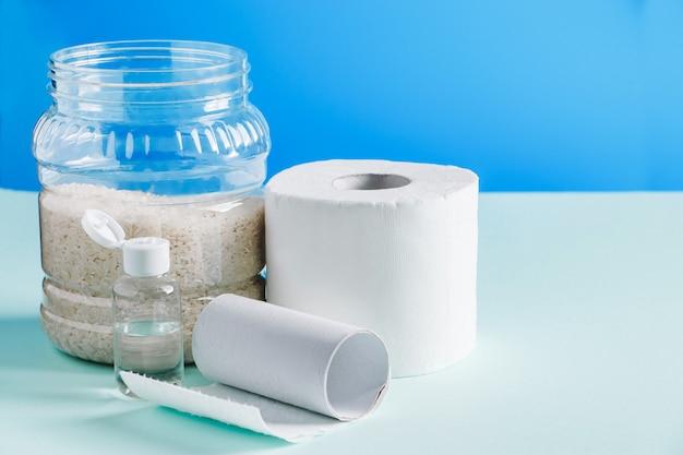Niezbędnik do domowej kwarantanny - papier toaletowy, żywność, środek antyseptyczny. epidemia koronawirusa na świecie.