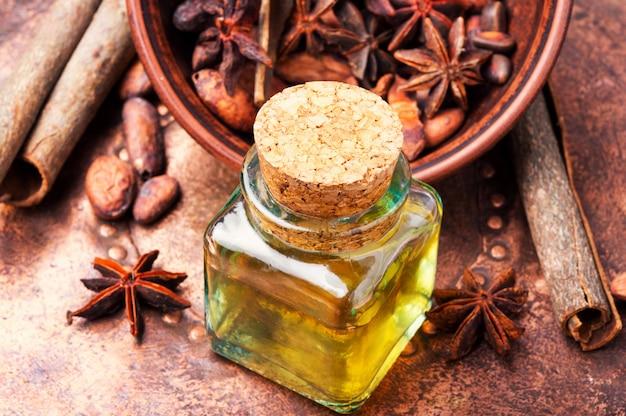 Niezbędny olejek cynamonowy w butelce