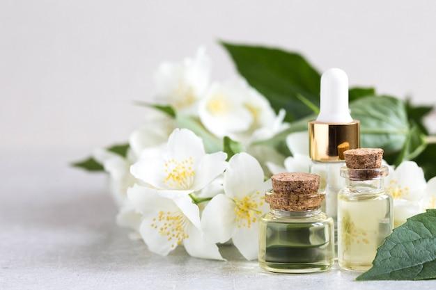 Niezbędny olejek jaśminowy. olejek do masażu z kwiatami jaśminu