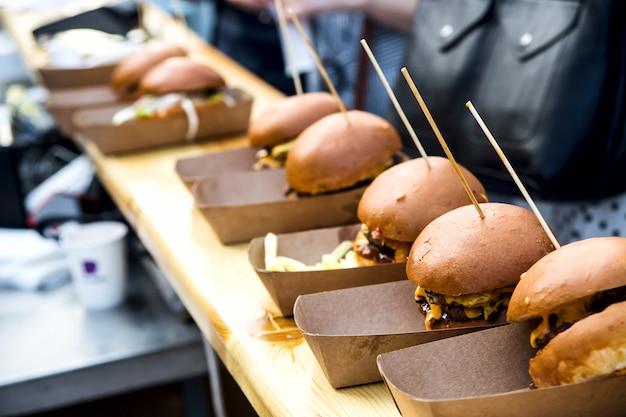 Niezdrowe hamburgery z jedzeniem ulicznym z mięsem i serem na terenie festiwalu