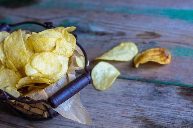 Niezdrowe jedzenie - chipsy ziemniaczane