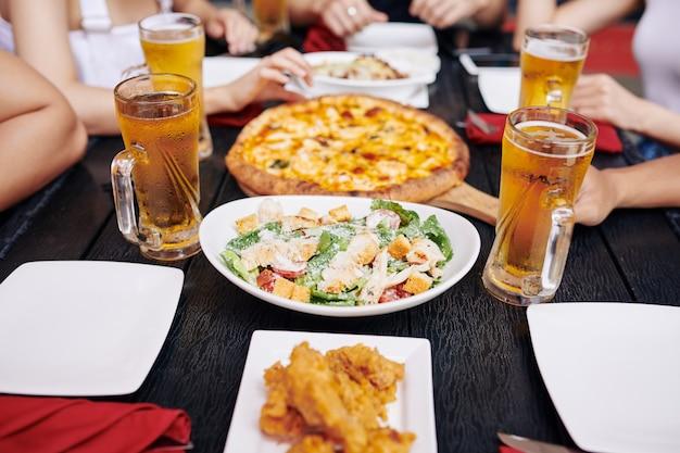 Niezdrowe jedzenie i napoje na stole