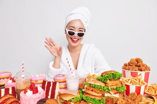 Niezdrowy styl życia obżarstwo i szkodliwe odżywianie. pozytywna młoda azjatka
